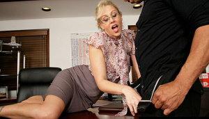 la recatada maestra se emociona con el grueso palo