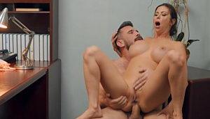 Alexis Fawx recién se relaja cuando él la complace con anal