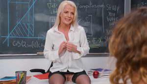 anita blue se desnuda para excita al alumno